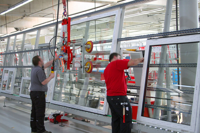 The vacuum lifter 7005-D43 SO04/E is used in the Dispatch area of Aldra Fenster & Türen GmbH in Marl.
