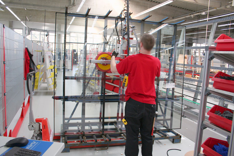Vacuum lifting device 7005-AD/E in operation, glazing window elements.