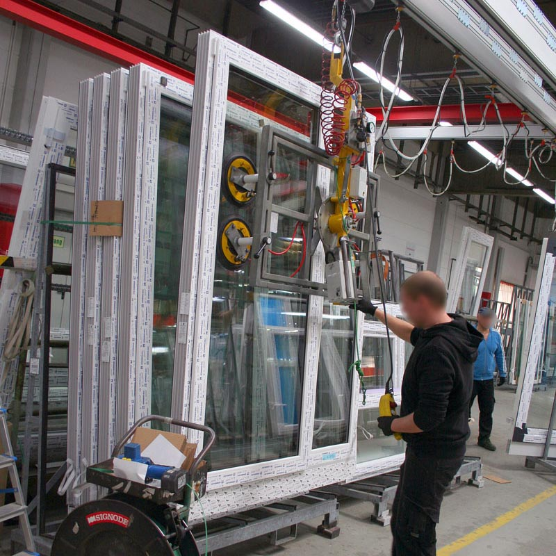 The vacuum lifting device 7005-D43 SO04/E is used at Aldra Fenster & Türen GmbH in Meldorf in their Dispatch area.