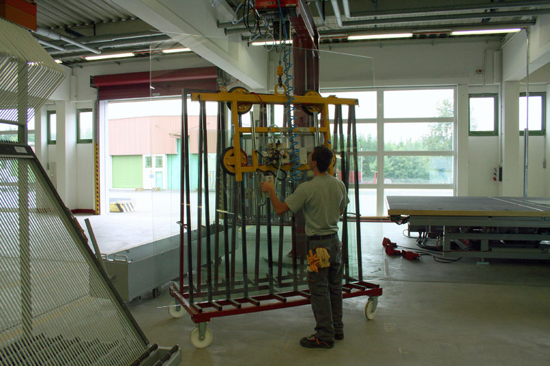 Vacuum lifting device 7005-AB/E on location in the glass store.