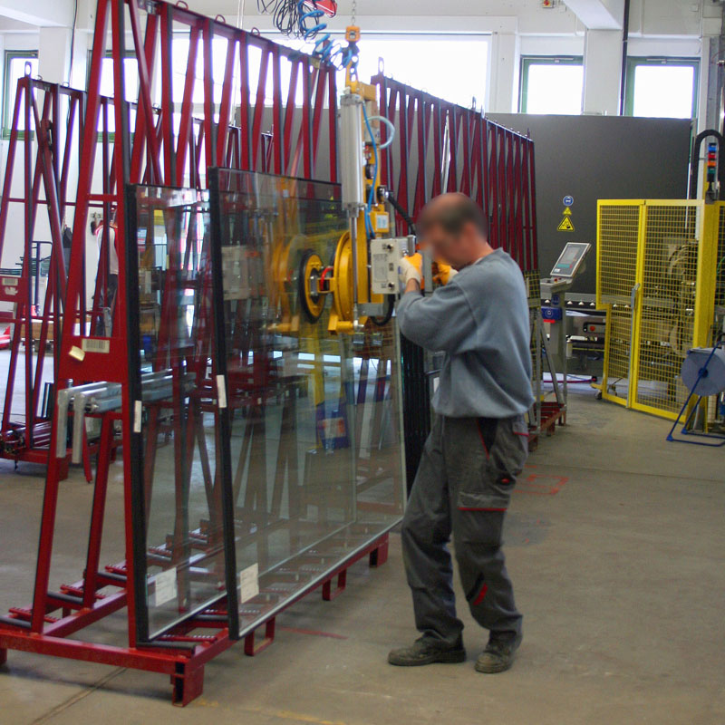 Vacuum lifting device 7025-MD2/E in operation on the insulation glass line.
