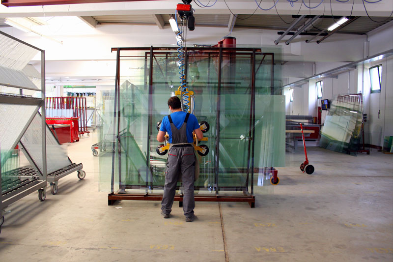Vacuum lifting device 7025-MD4/E during loading operations on the insulation glass line.