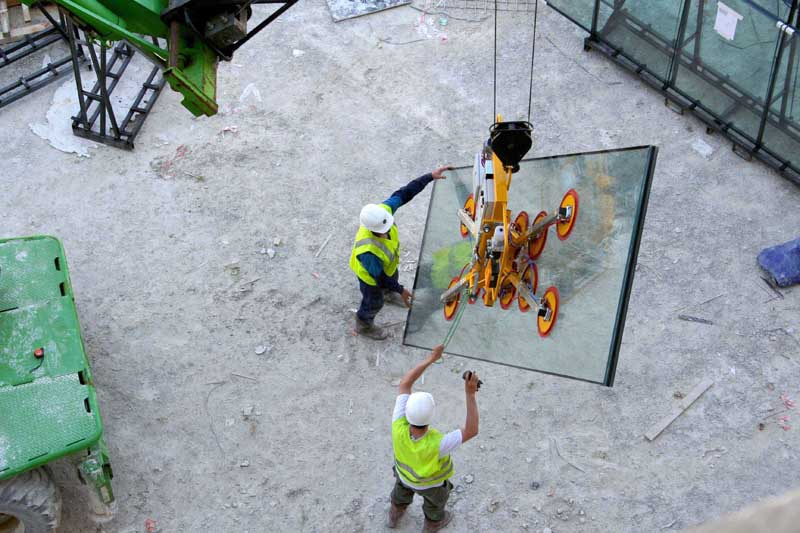 The vacuum lifting device Kombi 7441-DmS3H being used on the construction site of Moet et Chandon in France.