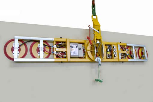 The vacuum lifting device Kombi 7211-ADS4 with 2 extensions and a total of 8 suction cups being tested with a steel plate